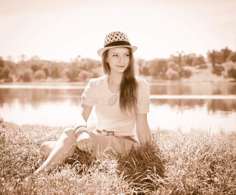 Foto d'annata della giovane donna di rilassamento in natura Retro po disegnato immagine stock libera da diritti