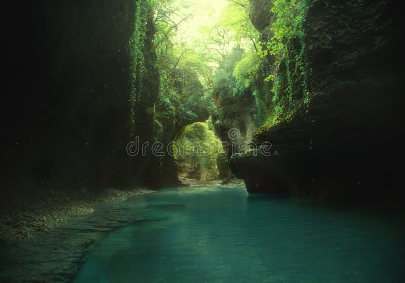 Foto da arte backgroud feericamente natureza virgem selvagem verde viaje a Geórgia, viajando à garganta de Martvili Montanha Lake imagens de stock