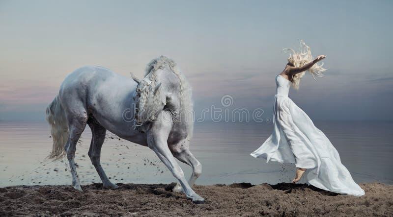 Foto da arte da mulher com cavalo forte fotos de stock