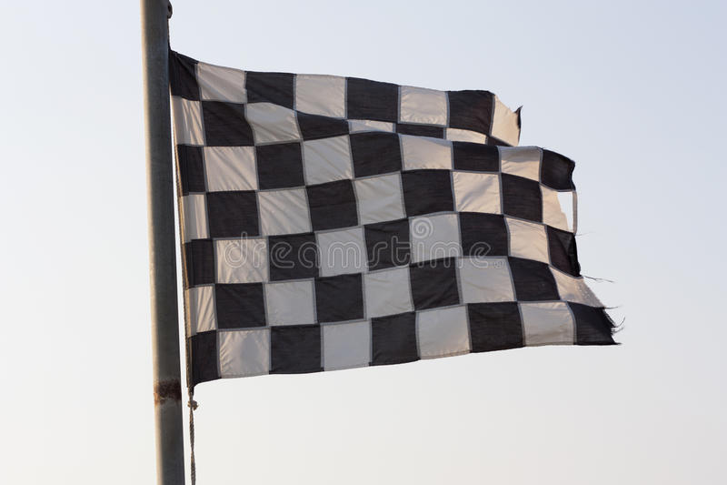 Foto da bandeira quadriculado e do céu azul fotos de stock royalty free
