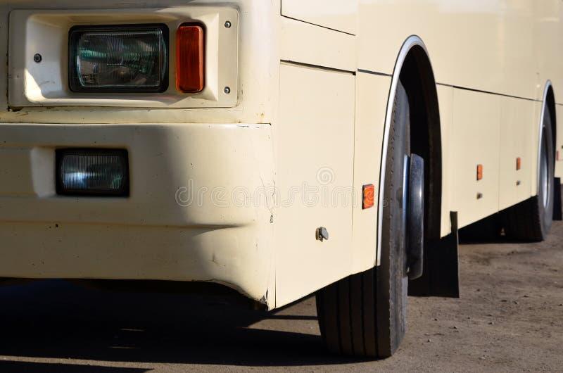 Foto da casca de um grande e ônibus amarelo longo Opinião dianteira do close-up de um veículo de passageiro para o transporte e o foto de stock