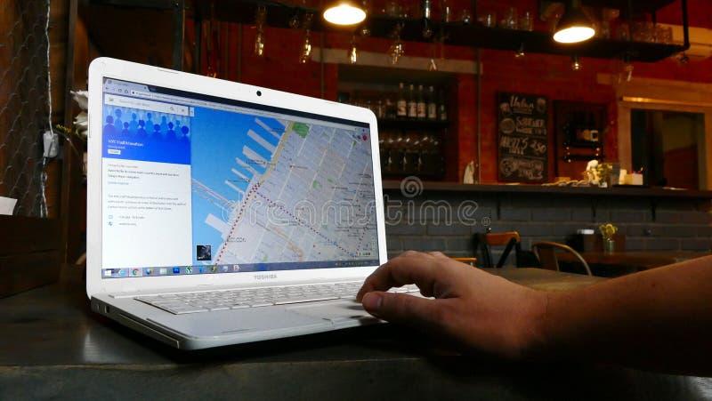Foto da consultação de New York em Google - equipe usando o planeamento do portátil foto de stock royalty free