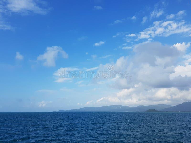 Foto da costa de mar e do céu nebuloso imagem de stock
