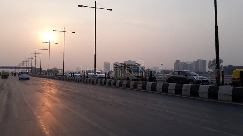 Foto da estrada no tempo de manhã com céu fotografia de stock