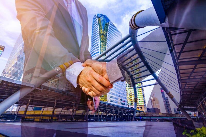 Foto da exposição dobro A cidade da construção da mistura da foto e agita as mãos imagem de stock royalty free