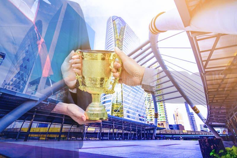 Foto da exposição dobro A cidade da construção da mistura da foto e dá um troféu imagens de stock royalty free