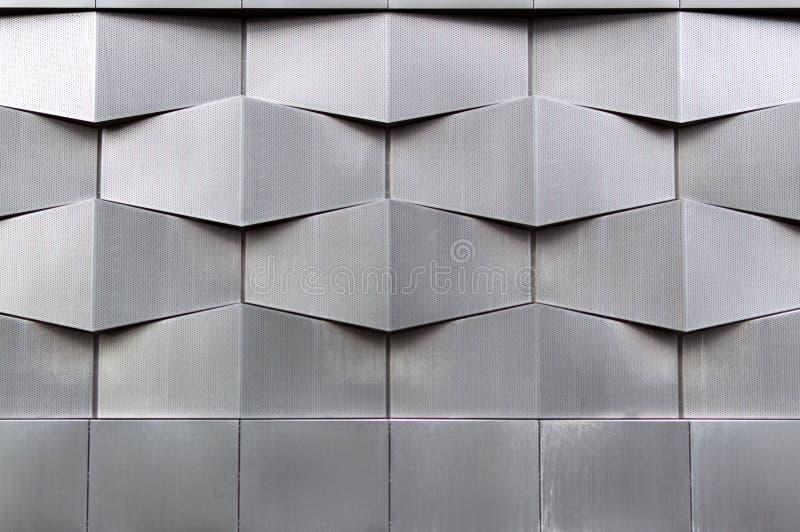 Foto da fachada moderna cinzenta da construção, teste padrão geométrico do close-up da arquitetura imagem de stock royalty free