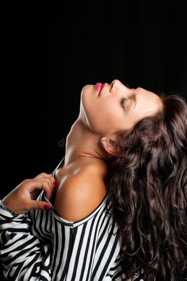Foto da forma da arte da mulher nova do retrato na obscuridade imagem de stock