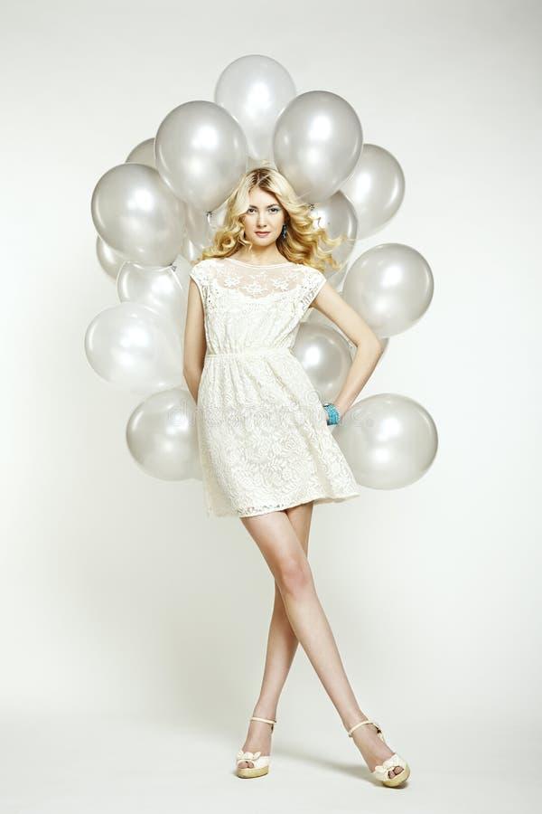Foto da forma da mulher bonita com balão. Levantamento da menina imagem de stock