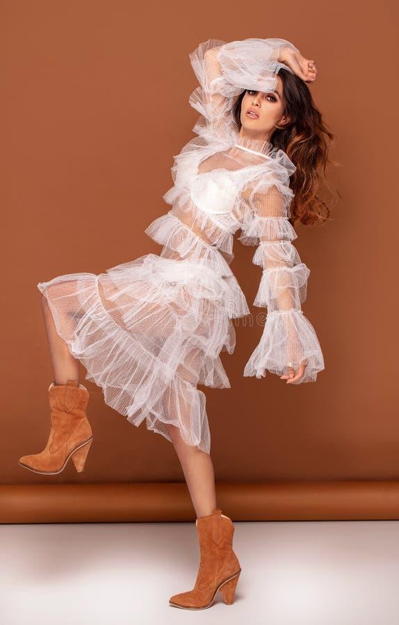 Foto da forma da mulher bonita no vestido branco imagem de stock royalty free