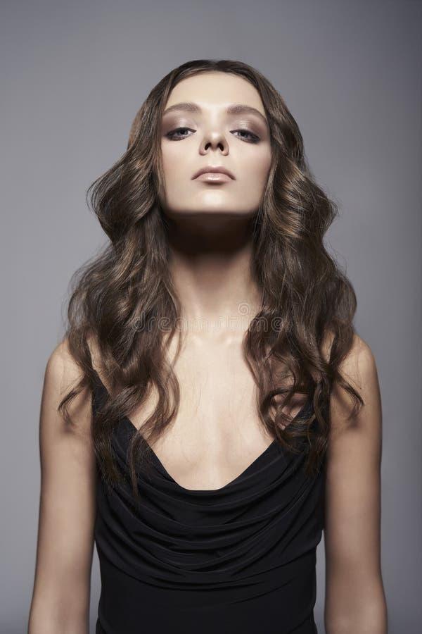 Foto da forma da senhora bonita no vestido preto imagem de stock royalty free