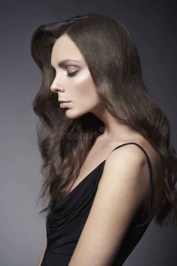 Foto da forma da senhora bonita no vestido preto fotografia de stock