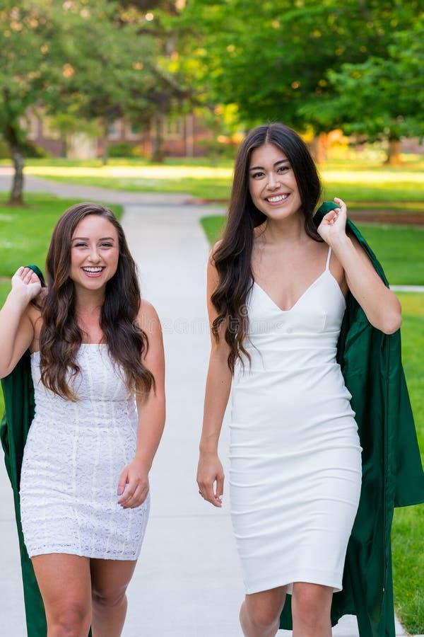 Foto da graduação da faculdade no campus universitário foto de stock