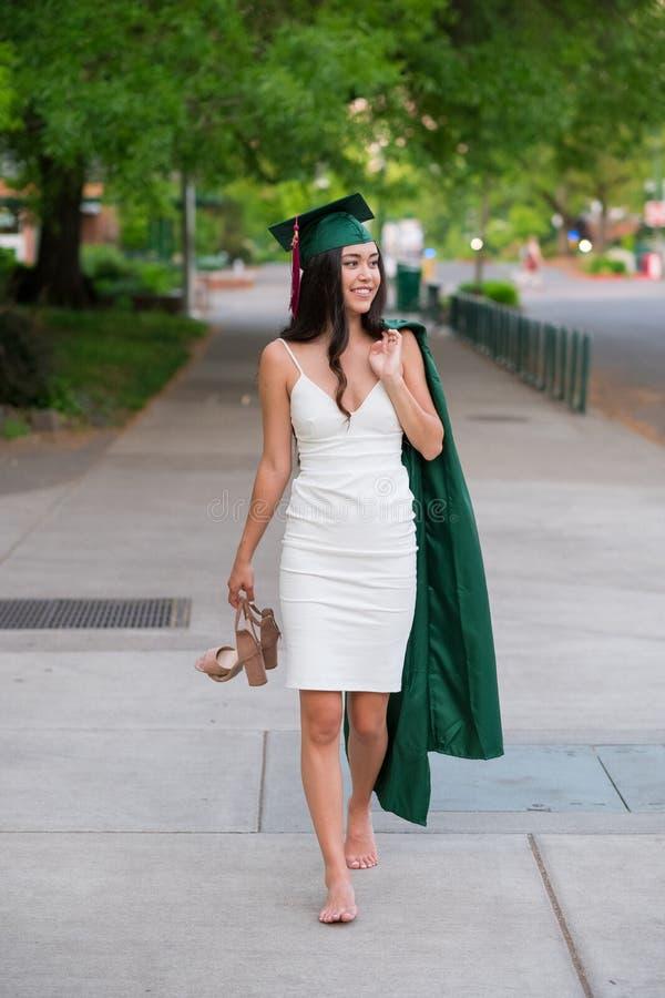 Foto da graduação da faculdade no campus universitário foto de stock royalty free