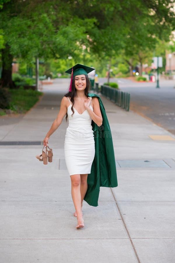 Foto da graduação da faculdade no campus universitário fotos de stock royalty free