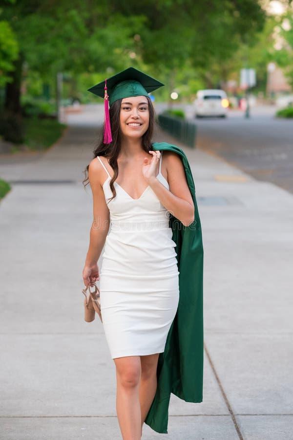 Foto da graduação da faculdade no campus universitário imagem de stock