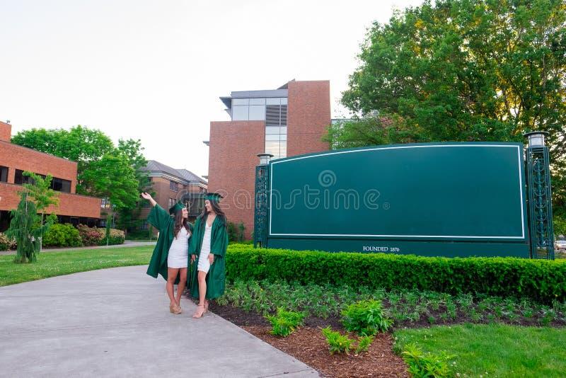 Foto da graduação da faculdade no campus universitário imagens de stock royalty free