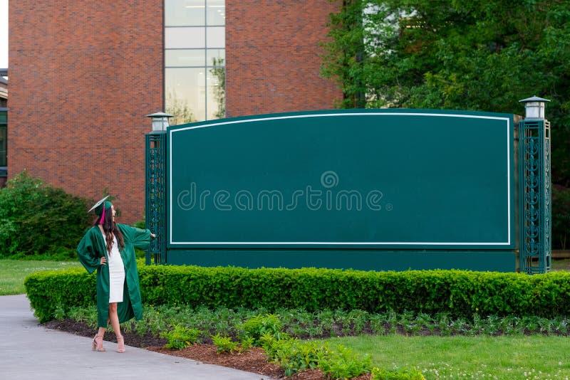 Foto da graduação da faculdade no campus universitário fotografia de stock royalty free
