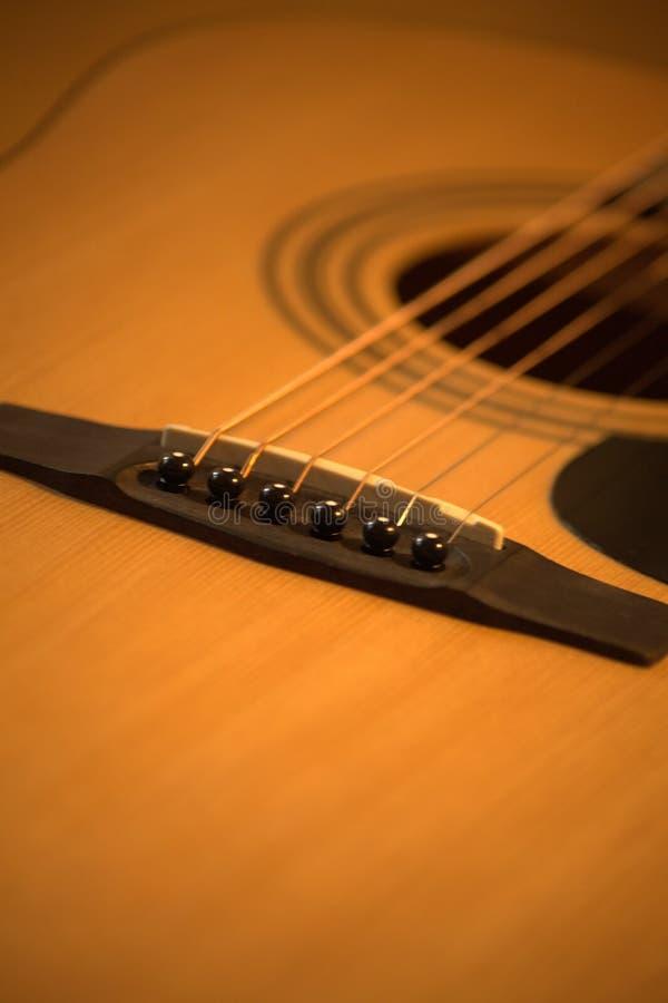 Foto da guitarra ac?stica em tons acolhedores, mornos imagens de stock