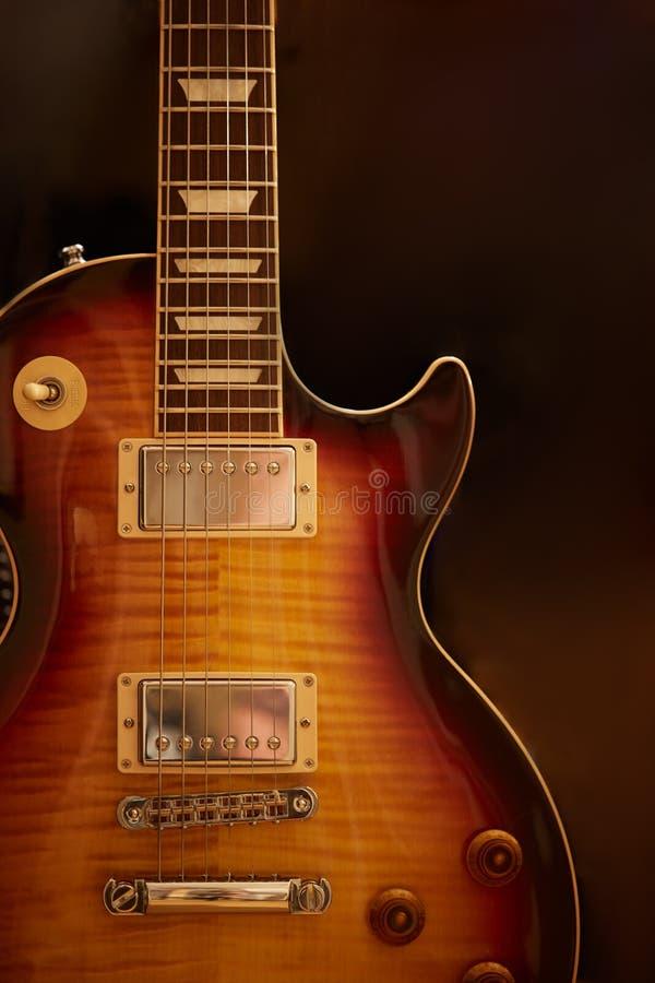 Foto da guitarra elétrica com formulário tradicional clássico fotos de stock
