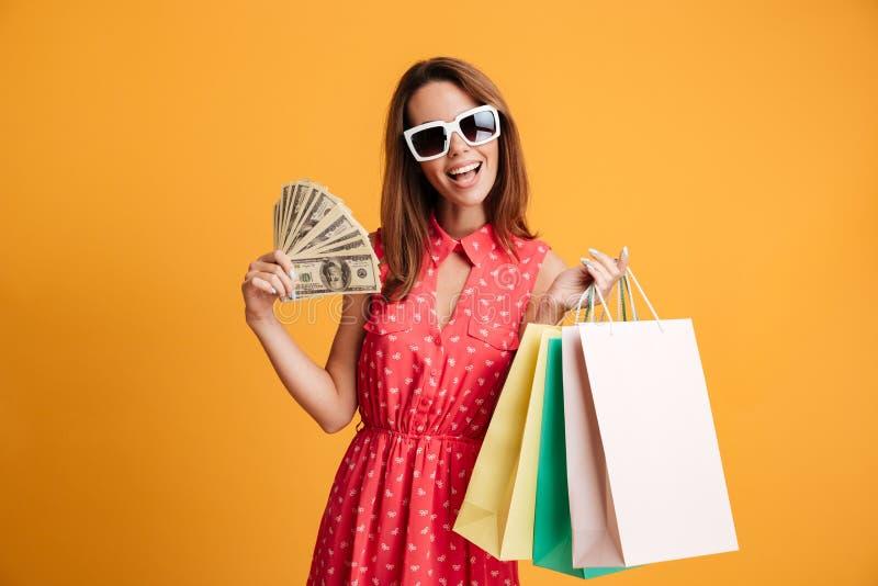 Foto da jovem mulher elegante encantador nos óculos de sol e em dres vermelhos imagens de stock royalty free
