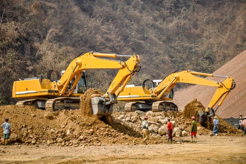 Foto da máquina escavadora na mina do jade de Hpa Kant fotos de stock royalty free