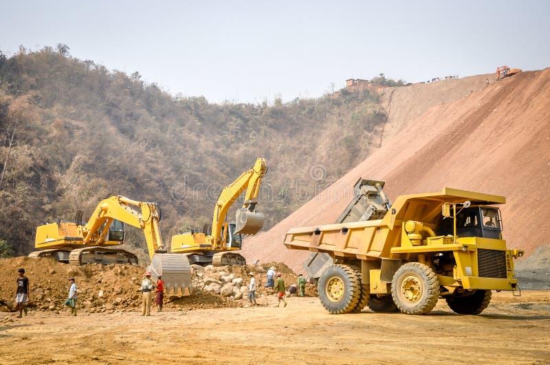 Foto da máquina escavadora na mina do jade de Hpa Kant imagem de stock