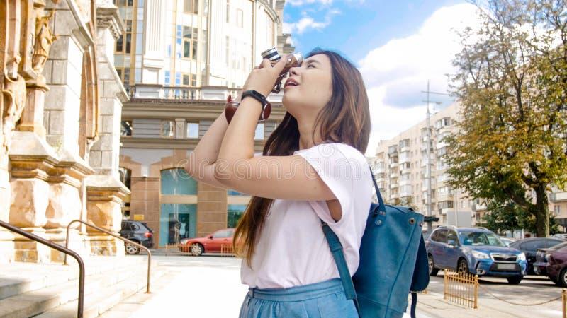 Foto da menina bonita do turista que faz fotos da catedral velha foto de stock royalty free