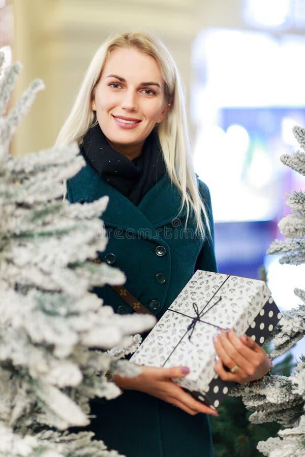 Foto da menina com o presente na caixa da árvore do White Christmas foto de stock royalty free