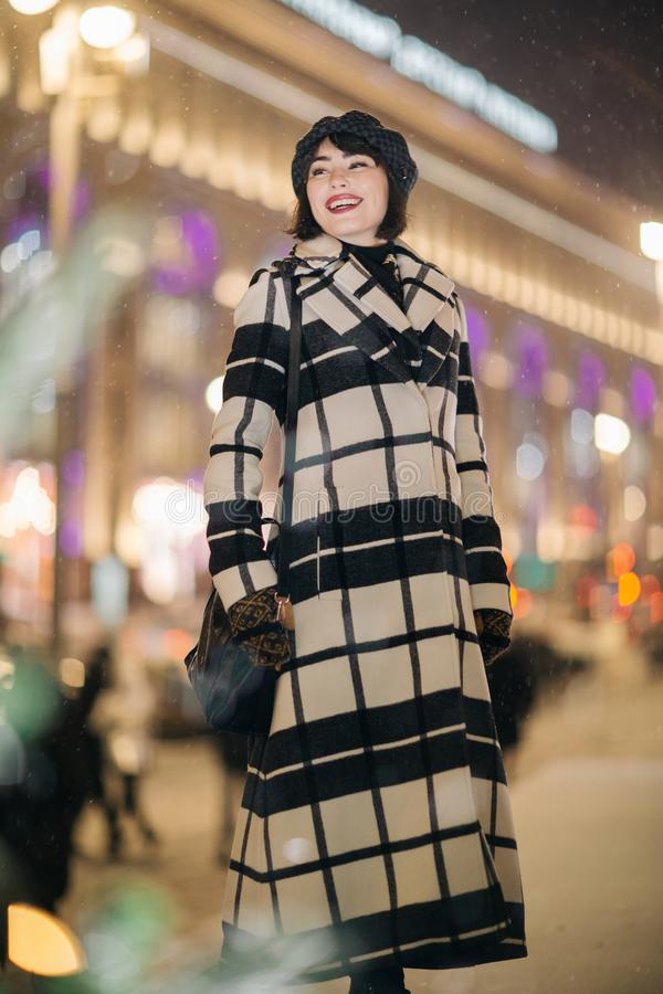 Foto da menina completo na rua no fundo borrado fotografia de stock royalty free