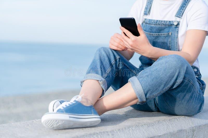 Foto da mulher adulta que usa um telefone celular durante o curso imagens de stock