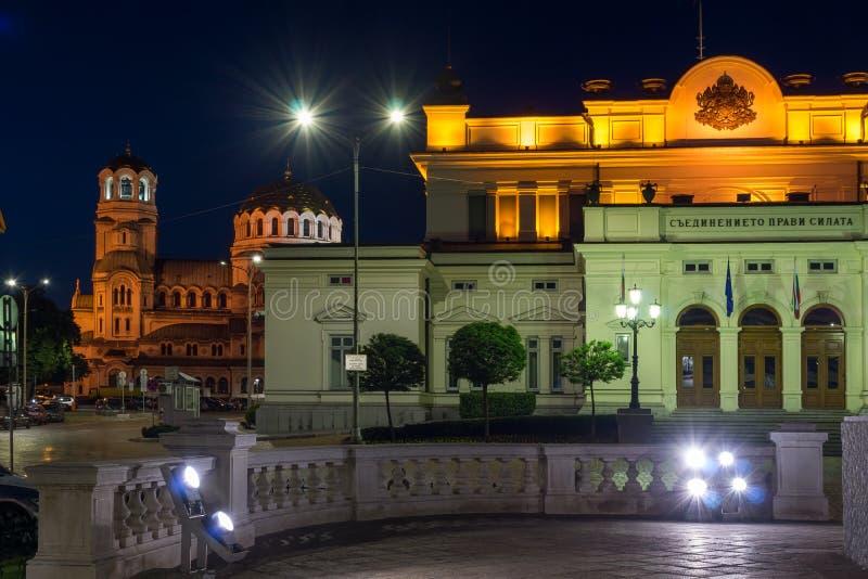 Foto da noite do conjunto nacional e do Alexander Nevsky Cathedral na cidade de Sófia, Bulgária fotografia de stock royalty free