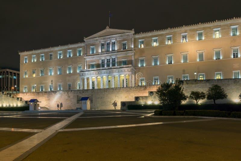 Foto da noite do parlamento grego em Atenas, Grécia fotografia de stock royalty free