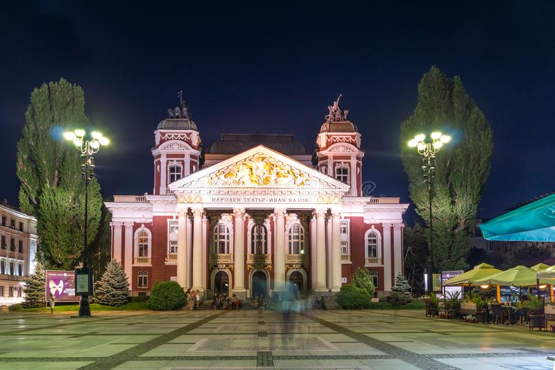Foto da noite do teatro nacional Ivan Vazov em Sófia, Bulgária foto de stock