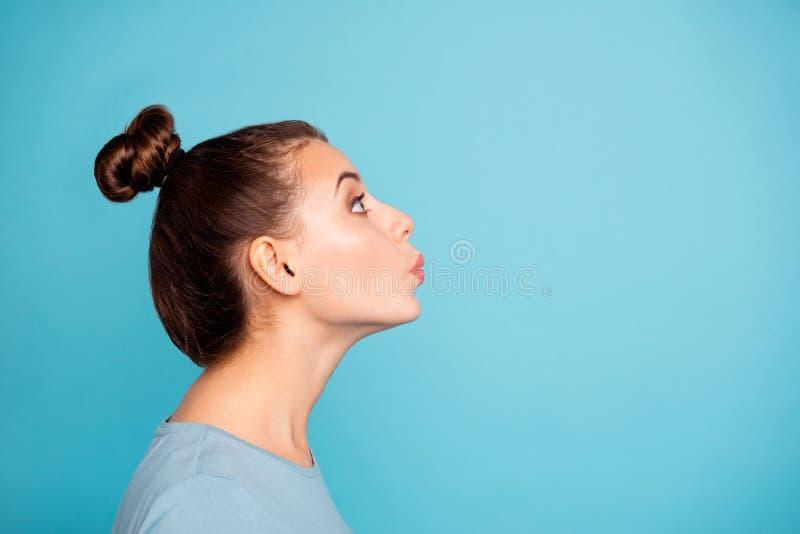 Foto da opinião lateral do perfil do olhar de assobio do acordo adolescente bonito bonito bonito do adolescente acima para aprec fotos de stock