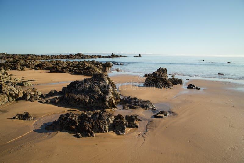 Foto da paisagem da praia, do mar e das rochas fotografia de stock