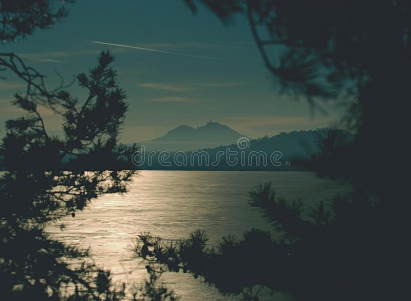 Foto da paisagem do por do sol em um lago congelado no inverno imagem de stock