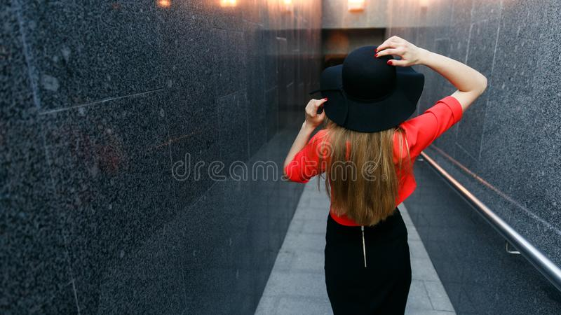 Foto da parte traseira da menina no chapéu negro imagem de stock