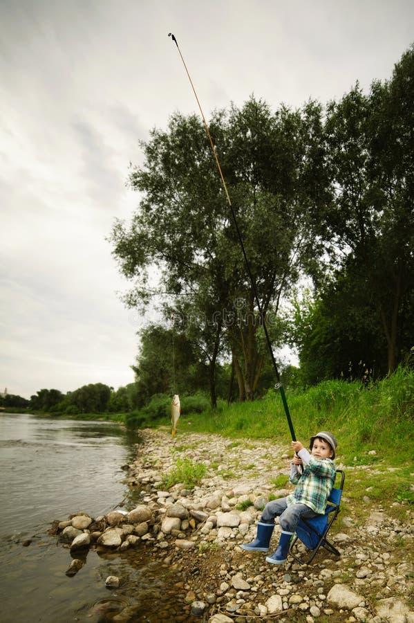 Foto da pesca do rapaz pequeno fotos de stock royalty free