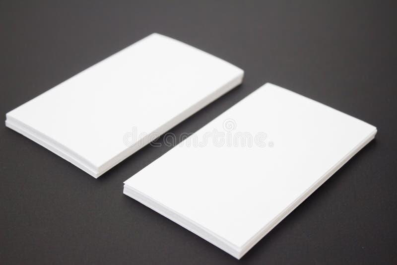 Foto da pilha dos cartões em fundo textured do papel do ofício preto Molde para a identidade de marcagem com ferro quente fotografia de stock
