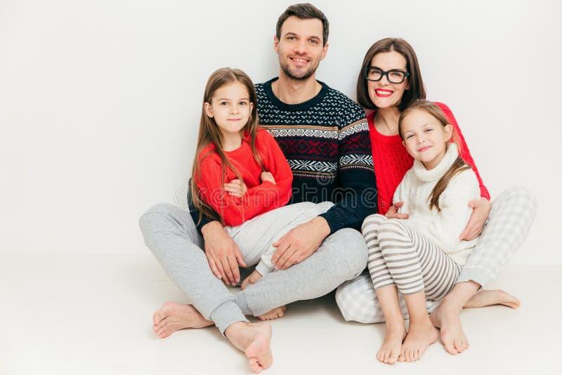 Foto da pose cordial feliz toda da família junto contra b branco imagem de stock royalty free