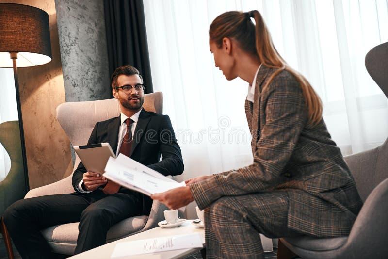 Foto da reunião de negócios no hotel caro imagem de stock