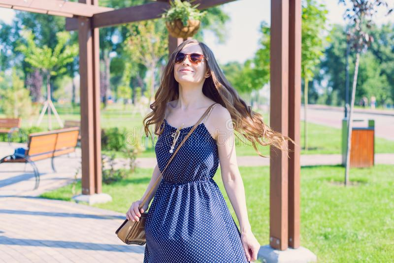 Foto da senhora engraçada funky de riso agradável feminino de menina atrativa sonhadora do sonho na moda bonito que veste o equip imagem de stock royalty free