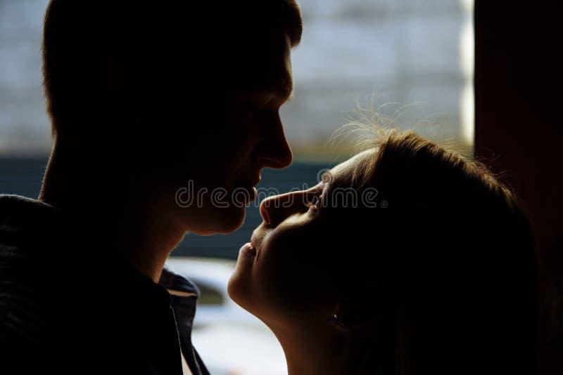 Foto da silhueta Caras pretas Close-up de beijar e de abraçar pares em velho, entrada, família data, atração fotos de stock