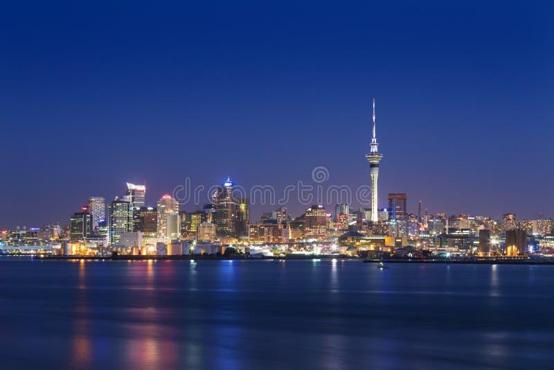 Foto da skyline da cidade a mais grande em Nova Zel?ndia, Auckland A foto foi tomada após o por do sol através da baía Auckland C imagens de stock royalty free