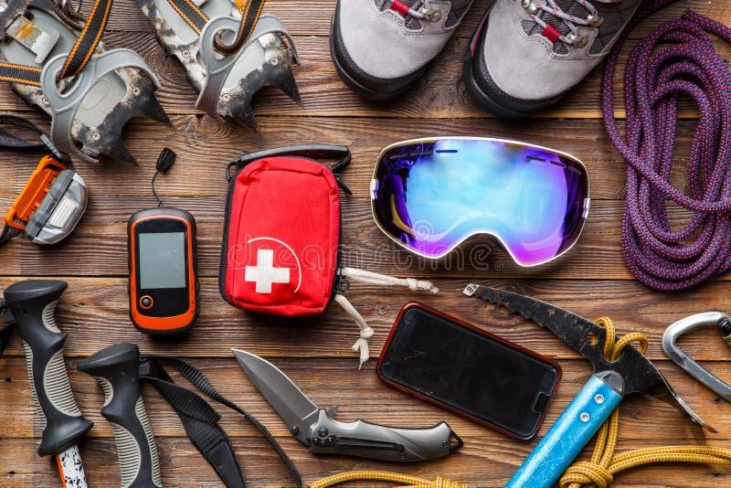 Foto da sopra dei pali di sci, stivali, piccone, cassette di pronto soccorso, maschere fotografie stock