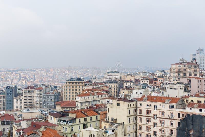 Foto da sopra della città con le case con i tetti rossi nel pomeriggio immagine stock