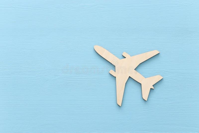 foto da vista superior do avião de madeira sobre o fundo azul ilustração royalty free