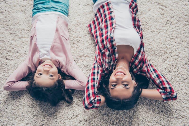 Foto da vista superior da mãe feliz e de vestir doce da filha ocasionais imagens de stock