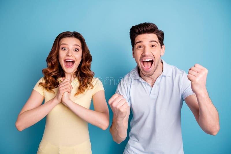 Foto Damenbrünettekerlanstarrens der Paare des offenen cheerleading Mundschreis foxy gelockten, zufällige T-Shirts lokalisiertes  lizenzfreies stockbild